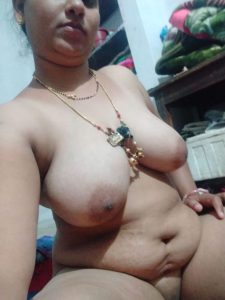 marathi wife nangi 2 225x300 - Marathi Aunty ki Boobs & Chut Pics