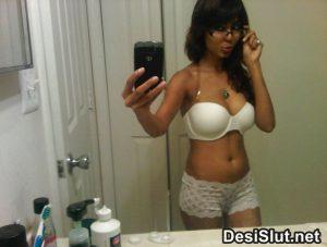 Delhi girl bathroom wali sexySelfie pics
