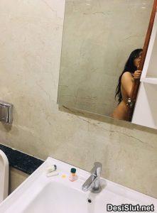 Nangi Ladki ki Bathroom Selfie Pics