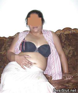 horny indian milf naked 5 253x300 - Hot Indian Aunty ki Sexy Boobs Pics