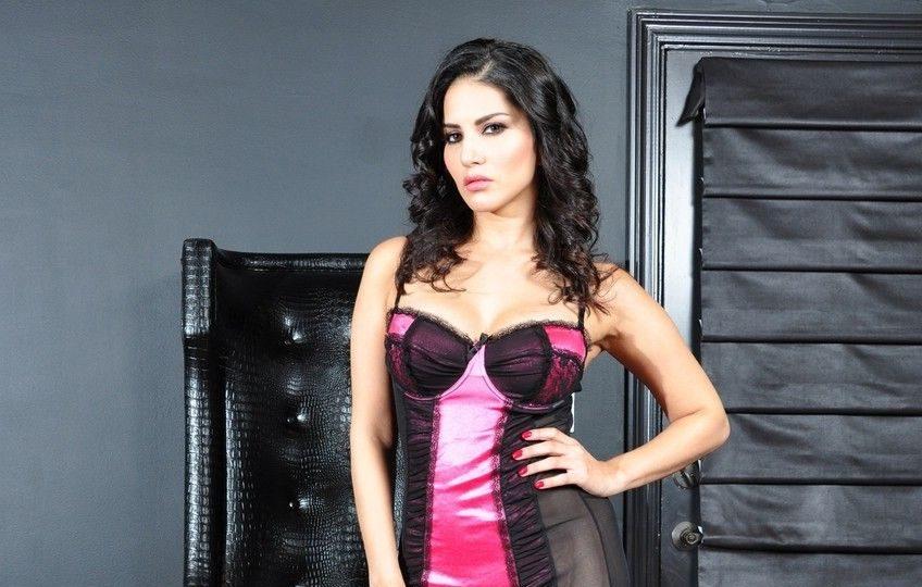 सन्नी लीयोन के सेक्सी ड्रेस मे हॉट फोटो