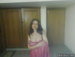 Sexy Indian Wife ki Stripped Chut Photos