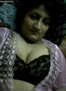 Phone Sex ke Samay Aunty ne Boobs Dikhaye