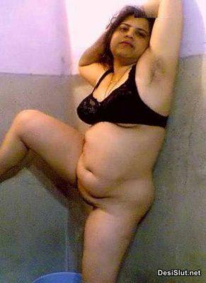 Aunty ne Bathroom may Apni Nangi Photos Dikhai